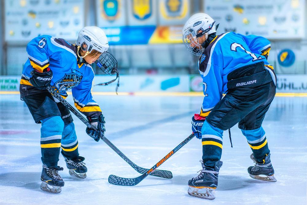 Zwei junge Eishockey-Spieler im Duell